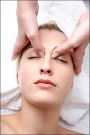 ماساژ درمانی به جوانبی پوست کمک می کند